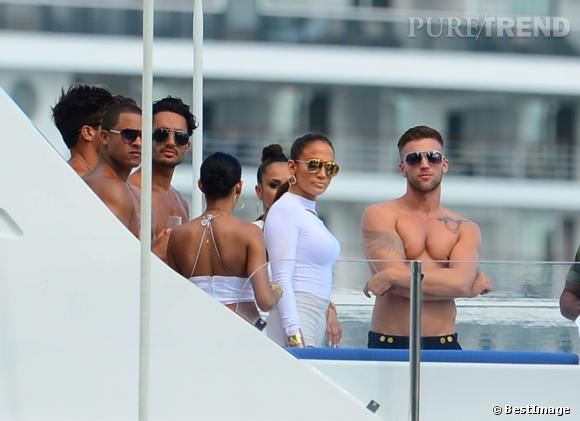 """Jennifer Lopez sur un yacht pour le tournage du clip de l'hymne de La Coupe de Monde 2014, """"We are One""""."""