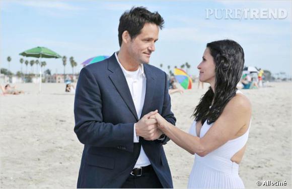 """Jules et Grayson se marient sur la plage dans """"Cougar Town""""."""