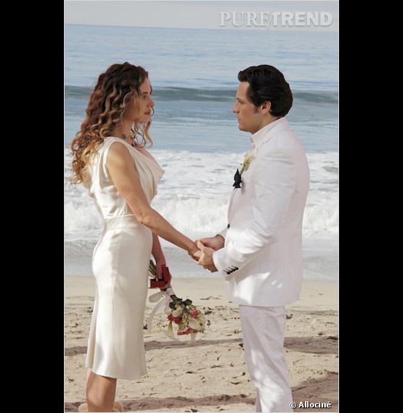 """Dans """"Revenge"""", Amanda et Jack se marient sur la plage."""