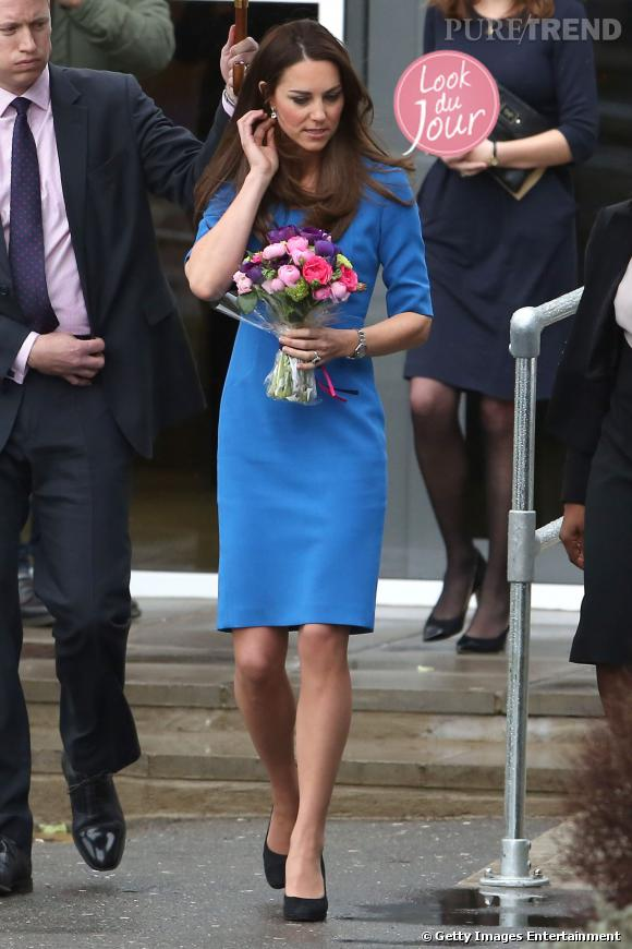 Kate Middleton en solo pour l'inauguration de la ICAP Art Room à la Northolt High school à Ealing à Londres.