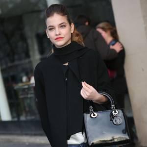 Barbara Palvin, très chic avec son sac Dior, lors de la Fashion Week de Londres.