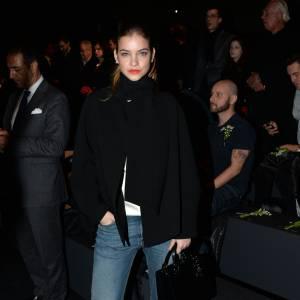 Barbara Palvin retrousse son jean denim pour dévoiler ses fines chevilles et de beaux escarpins.