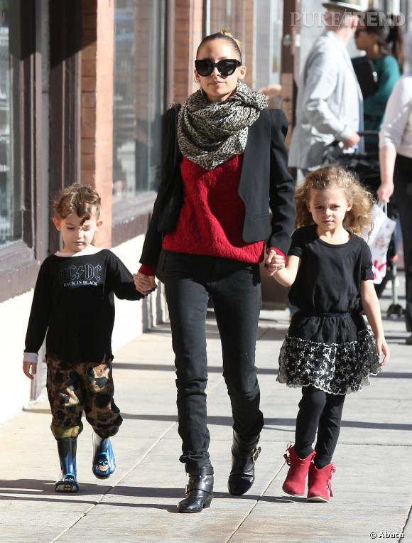 Nicole Richie n'a plus qu'à expliquer à ses enfants pourquoi Britney bitch l'a tenue en laisse au milieu de plein de monsieurs qui se trémoussent.