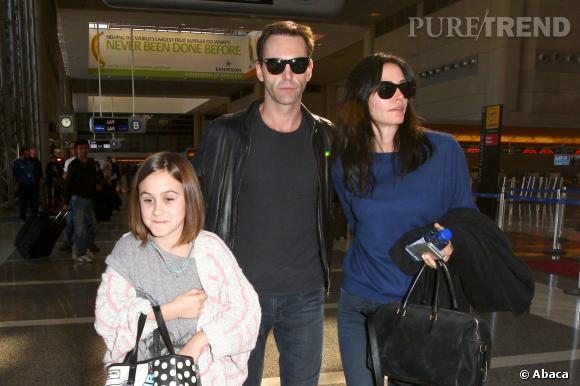 Courteney Cox, sa fille Coco et son nouveau boyfriend, Johnny McDaid à l'aéroport de Los Angeles.