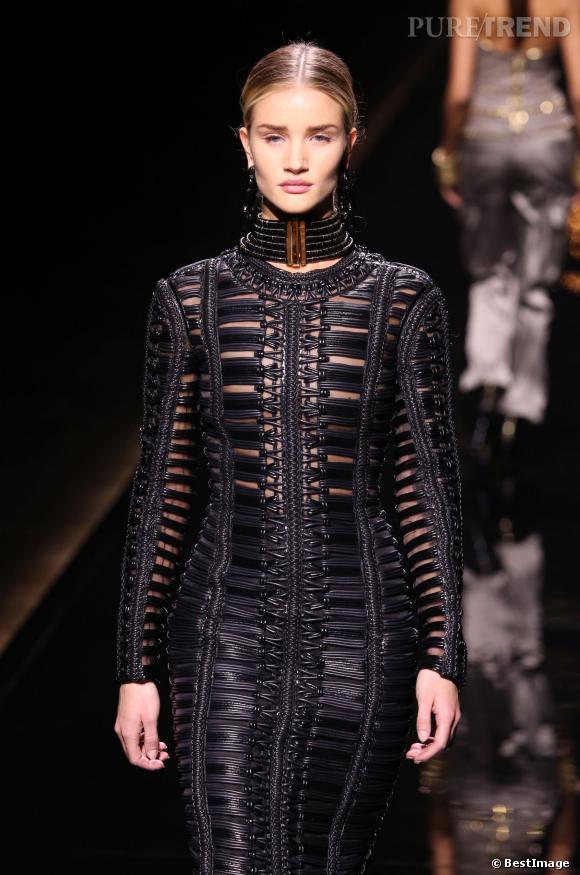 Rosie Huntington-Whiteley a défilé pour Balmain lors du défilé Automne-Hiver 2014-2015 de la Fashion Week Paris.
