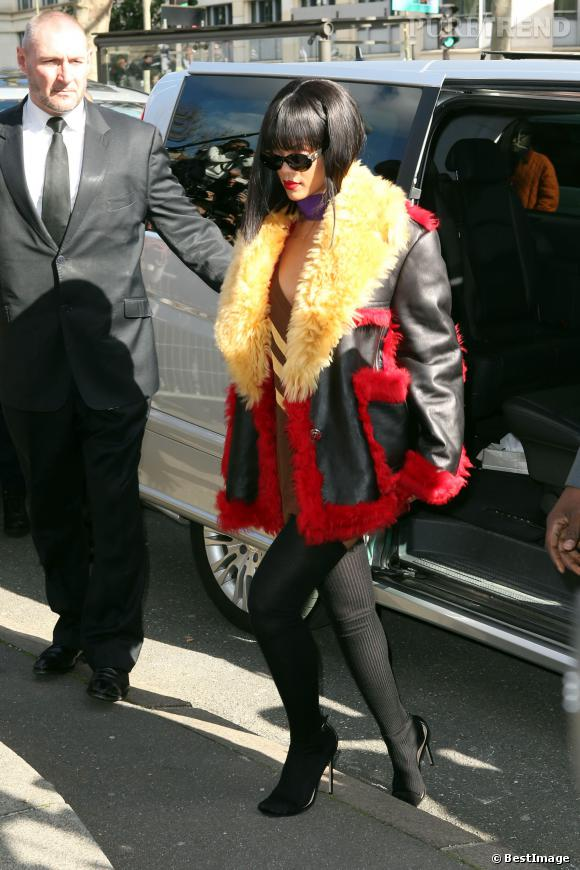 Rihanna se rend au défilé Miu Miu sans pantalon.
