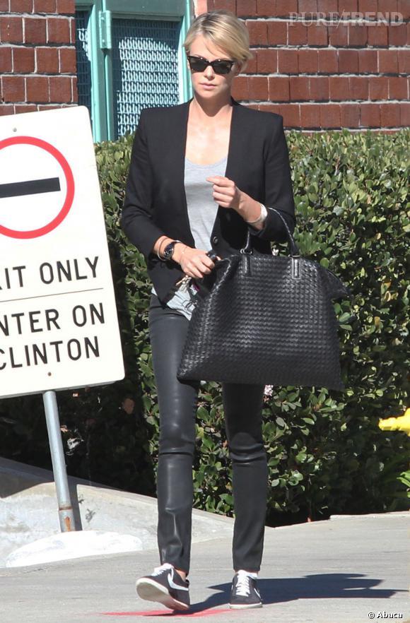 Charlize Theron a une maîtrise parfaite de l'accessoirisation, elle porte les baskets avec beaucoup d'élégance.
