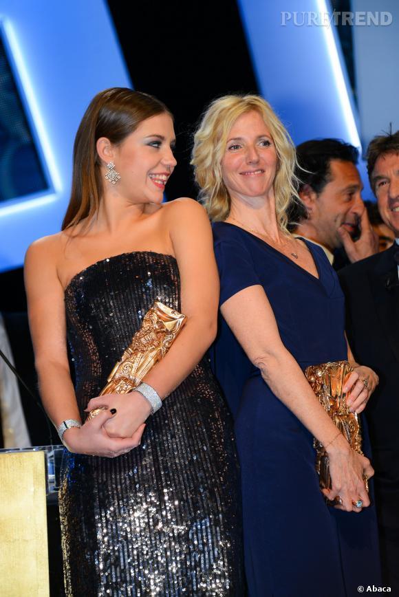 Sandrine Kiberlain pose avec Adèle Exarchopoulos lors de la cérémonie des Césars, le 28 février 2014.