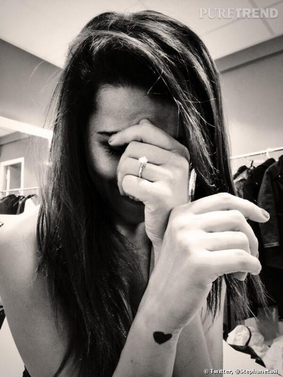 Karine Ferri fiancée à Yohann Gourcuff ? Une photo du 12 mars 2014 où on la voit avec une bague Arthus-Bertrand sème le doute.