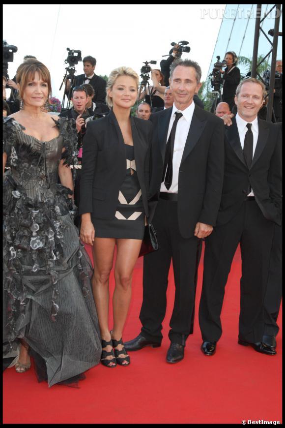 """Clémentine Célarié, Virginie Efira et Thierry Lhermitte lors de la montée des marches du film """"Looking for Eric"""" au 62ème Festival de Cannes en 2009."""