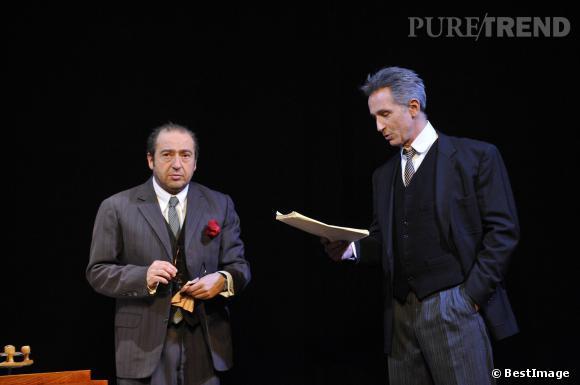 """Thierry Lhermitte et Patrick Timsit sur les planches de théâtre avec la pièce """"Inconnu à cette adresse"""" en février 2012."""