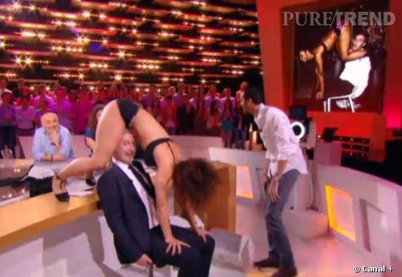 """Antoine de Caunes s'offre une lap dance sur le plateau du """"Grand Journal""""."""