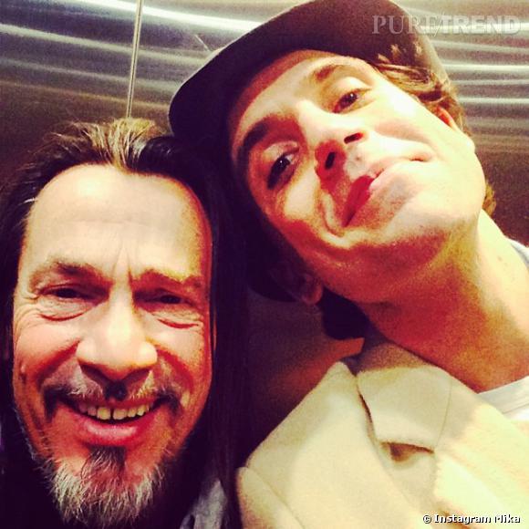 """Mika et Florent Pagny font des selfies dans les coulisses de """"The Voice""""."""