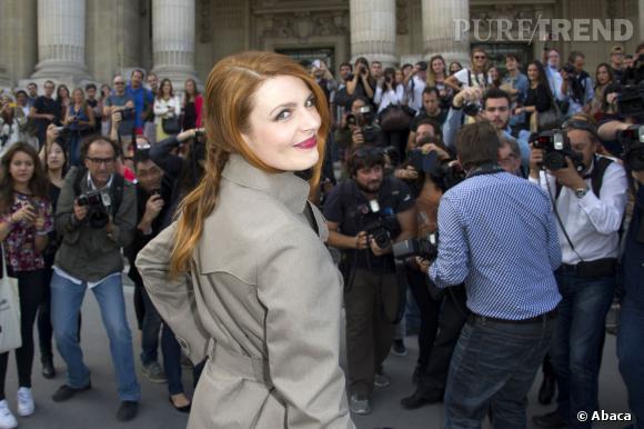 """Elodie Frégé, une guest de charme pour la saison 3 de """"Nos chers voisins""""."""