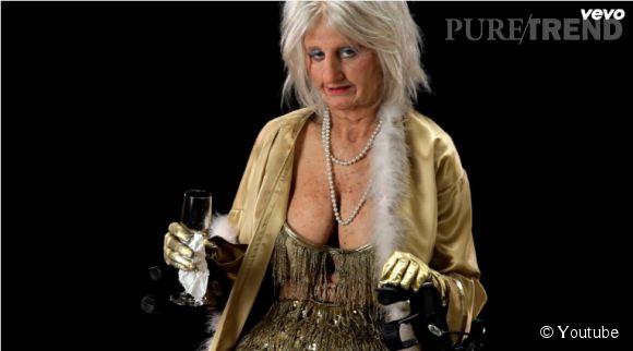 """Katy Perry est Goldie, la danseuse (stripteaseuse) pour """"Birthday""""."""
