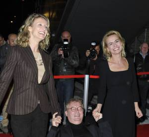 Dominique Besnehard se met à genoux devant Alexandra Lamy et Sandrine Bonnaire, le 23 octobre 2012 à Paris.