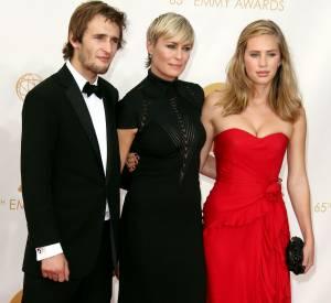 Dylan Penn pose avec sa mère Robin Wirght et son frère Hopper lors des EMMY Awards en septembre 2013.