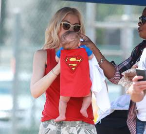 Gwen Stefani toquée de mode, son bébé de 2 mois déguisé en Superman