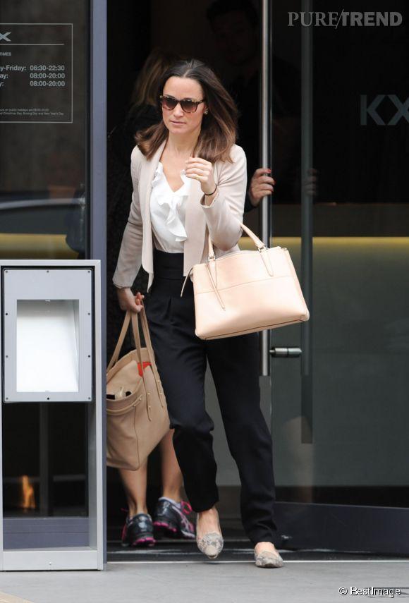 Pippa Middleton arbore un style preppy chic revisité dans les rues de Londres, le 6 mai 2014.