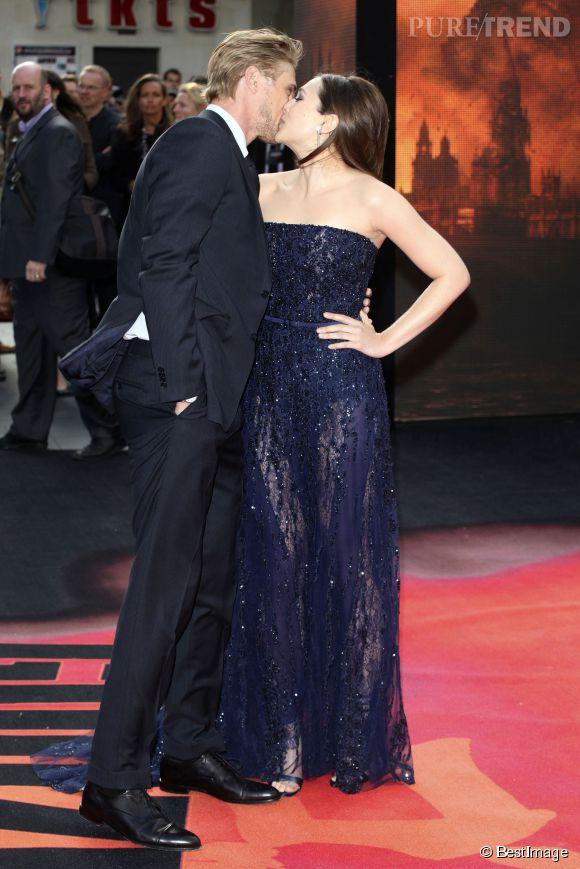 Elizabeth Olsen, sublime en Elie Saab haute couture à l'avant-première de Godzilla à Londres le 11 mai 2014. Son compagnon Boyd Holbrook n'a pas pu résister !
