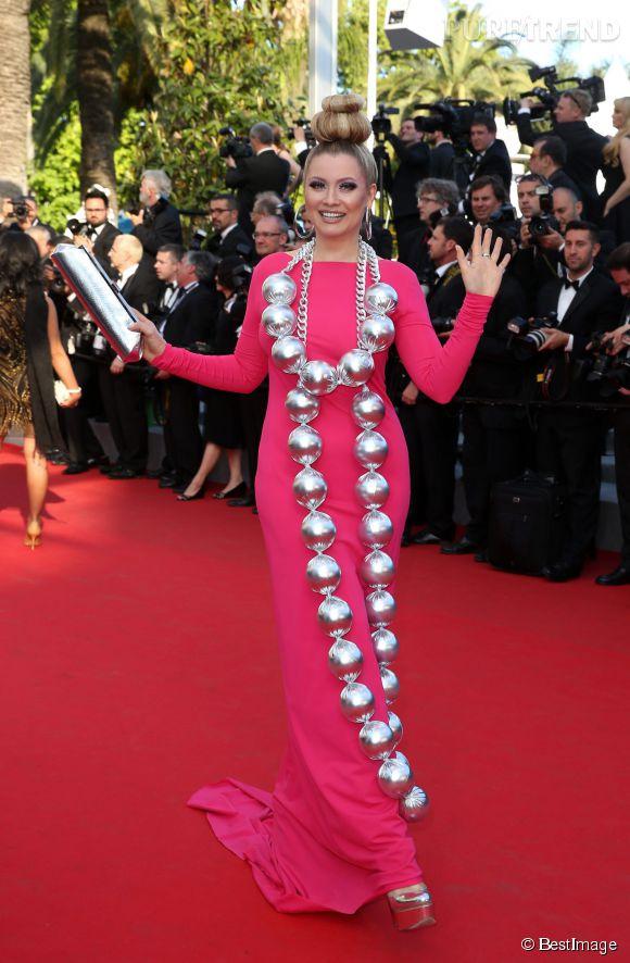 Elena Lenina, le collier complètement loufoque, le 15 mai 2014 sur le tapis rouge de Cannes.