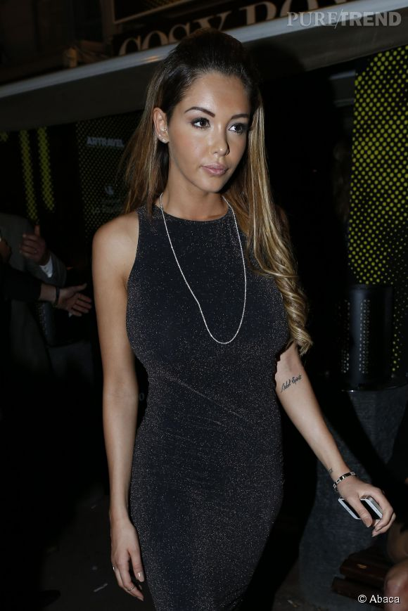 Nabilla en robe noire moulante à la soirée du Cosy Box ce samedi 17 mai 2014.