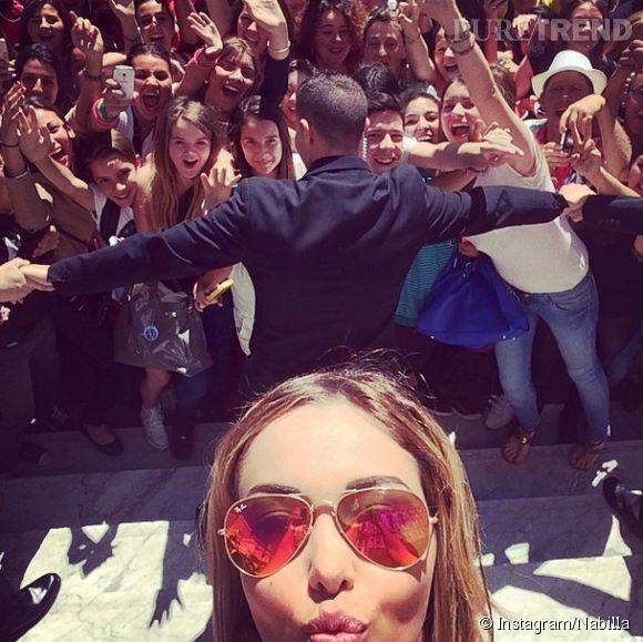 Devant la foule déchainée, Nabilla ne peut résister à un selfie.