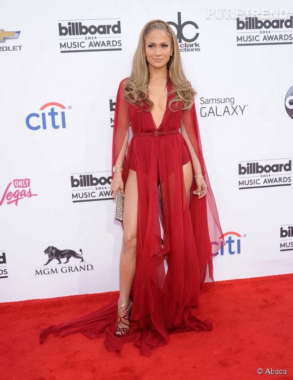 Jennifer Lopez adore les sandales à brides entrelacées, lamées de preférence pour souligner sa peau caramel.