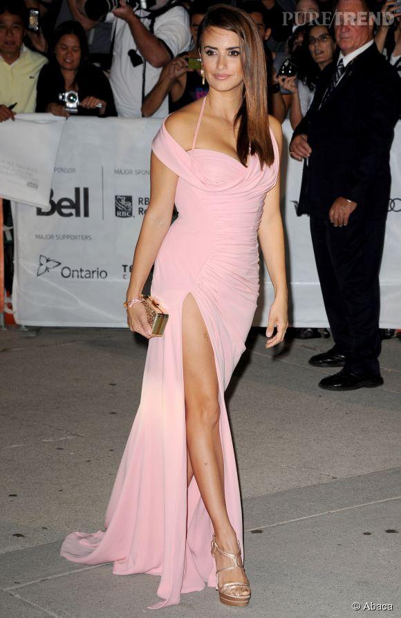 Penelope Cruz a compris que les sandales à brides habillaient ses pieds avec sensualité.