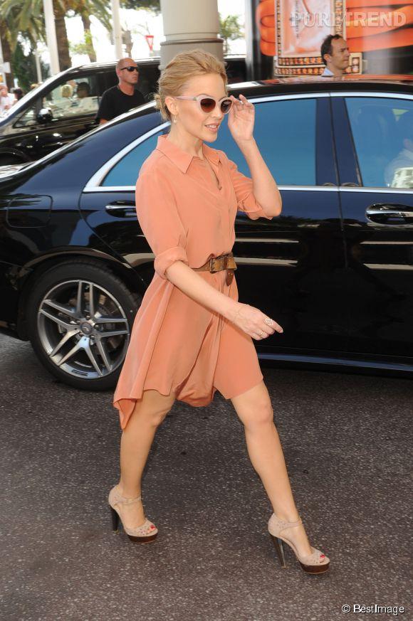 Kylie Minogue et ses sandales à brides qui épousent parfaitement le galbe des pieds.