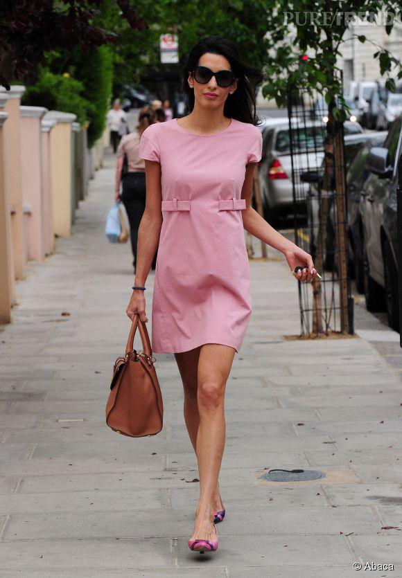 La fiancée de George Clooney, Amal Alamuddin dans une jolie petite robe rose à Londres, lundi 20 mai 2014.