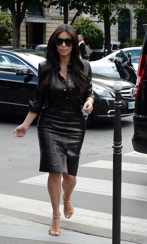 Kim Kardashian fait son show à Paris en ensemble en cuir le 22 mai 2014.