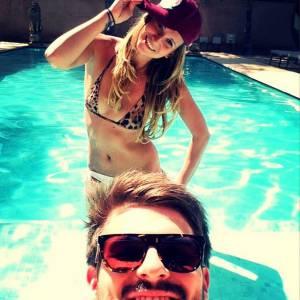 Un mois plus tard Tatiana Golovin barbote toujours ans la piscine avec son rugbyman Hugo Bonneval, c'est bon signe!