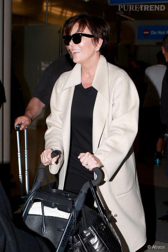 Kris Jenner arrive tout sourire à l'aéroport de Los Angeles en compagnie de la petite North West, le 26 mai 2014.
