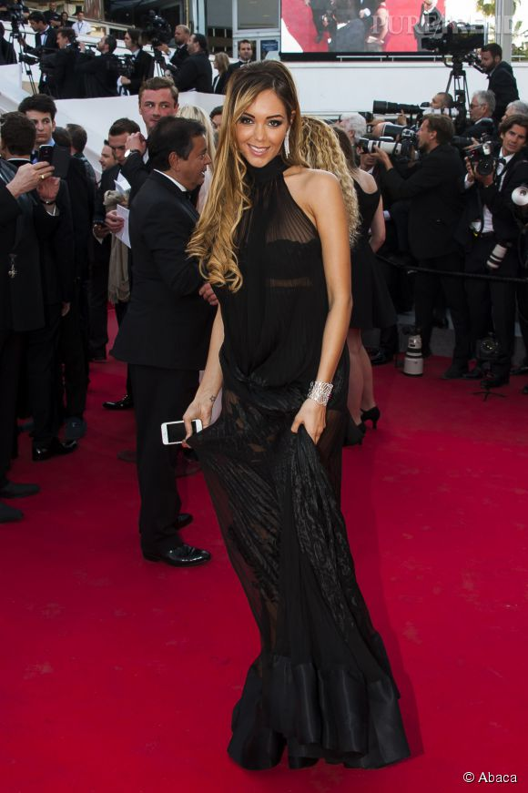 Nabilla a monté les marches au 67ème Festival de Cannes en robe Jean Paul Gaultier... iPhone à la main pour les selfies !