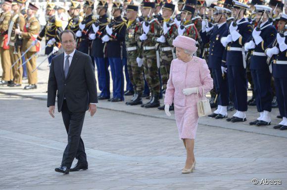 Queen Elizabeth II célèbre le D DAY en France en tailleur rose bonbon.