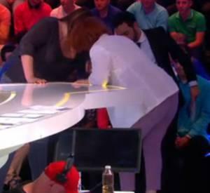 """Véronique Genest est arrivée sur le plateau de l'émission """"Touche pas à mon poste"""" du lundi 9 juin 2014 sur une béquille."""