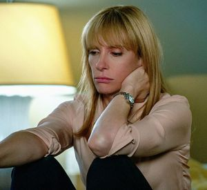 """Toni Collette, en pleine tourmente, dans """"Hostages""""."""