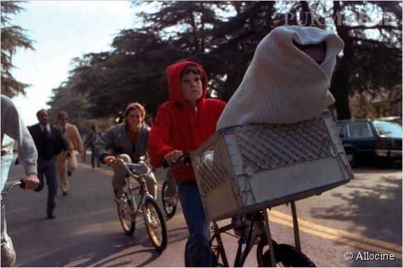"""Elliot dans """"E.T"""" est joué par Henry Thomas."""
