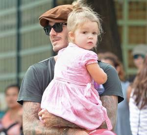 Harper Seven Beckham s'essaie au look rockabilly avec sa petite robe rose et bottines noires.