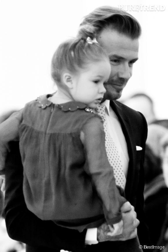 Harper Seven, toujours au premier rang des défilés de sa mère Victoria Beckham lors de la présentation de la collection Automne-Hiver 2014/2015 le 9 février 2014.