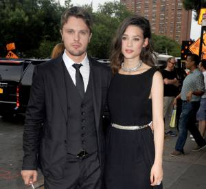 Astrid Bergès-Frisbey, beauté renversante et très lookée à New-York pour l'avant-première de I Origins, le 10 juillet 2014. Elle pose ici avec Michael Pitt.