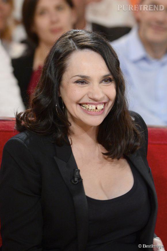 Béatrice Dalle, souriante sur le plateau de Vivement dimanche le 23 avril 2014. Elle a confié à Gala avoir retrouvé l'amour. La raison de ce sourire radieux ?