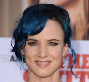 Juliette Lewis mise sur le bleu sans décoloration.