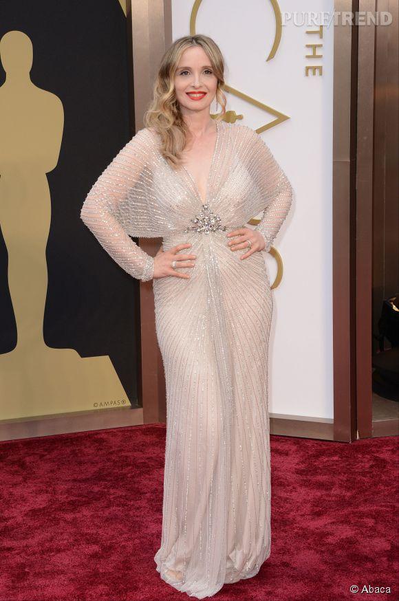 Julie Delpy s'est complètement bousillée les pieds lors de la dernière cérémonie des Oscar à Los Angeles le 2 mar 2014.
