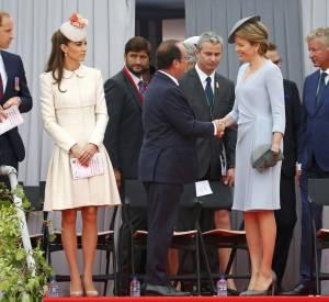 Quand François Hollande lève les yeux vers la grande Reine Mathilde de Belgique...