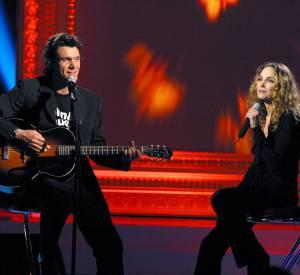 """Marc Lavoine et Claire Keim en janvier 2003 pendant l'émission """"La légende des voix""""."""