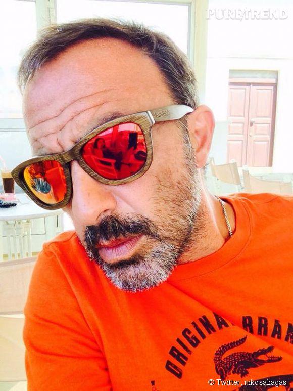 """Nikos Aliagas passe actuellement ses vacances en Grèce. Lorsqu'il ne prend pas des selfies, il assure la promotion de """"The Voice Kids""""."""