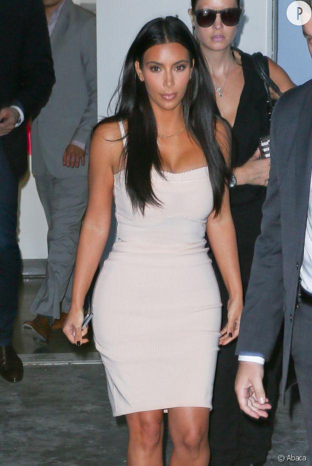 Kim Kardashian, canon dans sa robe bustier mercredi dernier à L.A. La preuve que quand elle veut, elle sait être sexy sans tomber dans le trash.