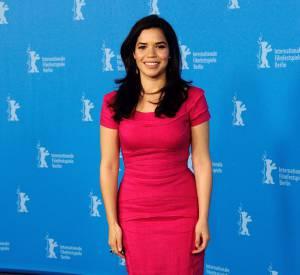 """America Ferrera sexy dans une robe rouge très moulante pour la promo du film """"Cesar Chavez""""."""